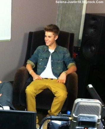 PHOTOSHOOT : LE LIVRE DE BEAUTE POUR LE CANCER DU CERVEAU                                      --                                                  Voici une photo que j'ai trouver du nouveau Shoot de Justin Bieber.Justin a mis un news photo sur son compte  Twitter .