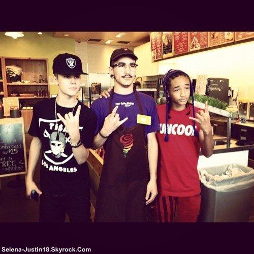 DIMANCHE 30 OCTOBRE                                                   --                                                   Justin Bieber, a était pris en photo part des fans dans les rues de Los Angeles avec Jaden Smith & des amis . Ils ont aussi manger dans un fast food et son aller faire du Karting.         Aller voir ce blog , Wedmiss super sympa --> Justin-BieberAddict
