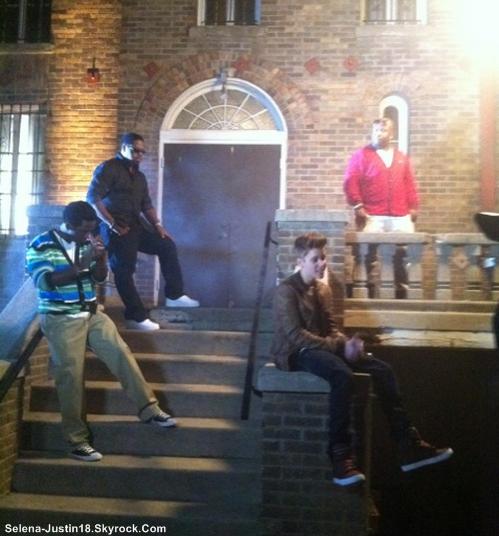 JUSTIN.B , KENNY                                                      --                                                  Kenny Hamilton (le garde du corps de Justin) vient juste de poster une photo du Biebs et du groupe Boys II Men sur le tournage du clip de la magnifique chanson « Falala ».