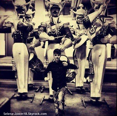 VENDREDI 4 NOVEMBRE                                                 --                                                 Justin Biber  s'est rendu au Today Show, à New York pour parler de son nouvel album Under The Mistletoe :( Justin allait tomber dans le second. 00:14 Le pauvre =) ;) ).