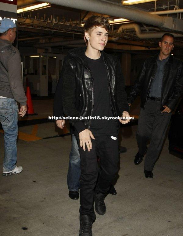 Mecredi 14 décembre                                                                       Justin a était vu quittant le restaurant Spagos à Beverly Hills  dans la soirée.