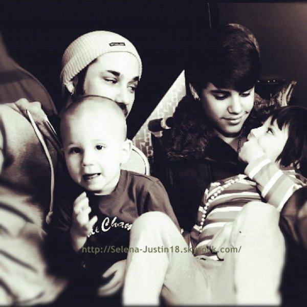Famille                                                                     Justin Bieber a fêter Noel avec sa famille au Canada , plus une photo de Justin.