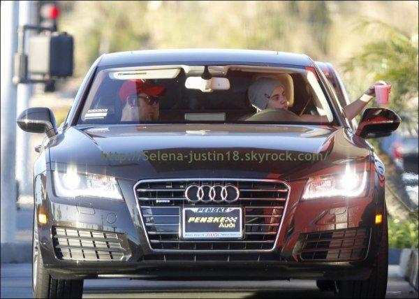 Mecredi 4 janvier                                   Justin a était vu  se promenant à Los Angeles en compagnie de son père Jeremy Bieber et de son meilleur ami Ryan Butler. ( J'aime pas le news tatouage de justin ) ;)