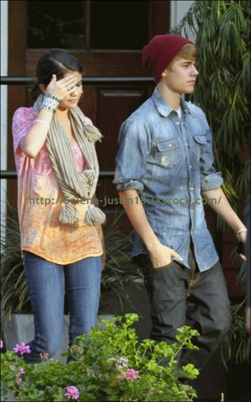 Mardi 10 janvier 2012                                Justin Bieber partant déjeuner à PF Changs , à West Hollywood , photo de leur arriver sur l'article ci-dessou.