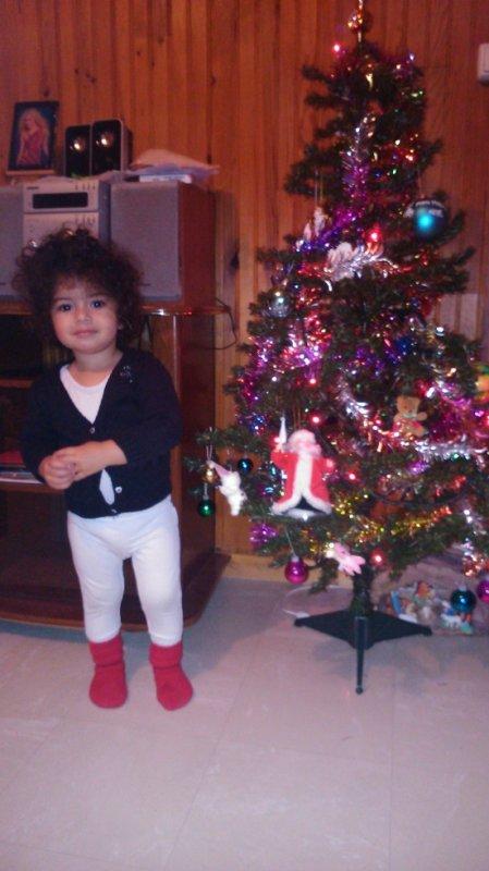 ma fille avec son sapin noel
