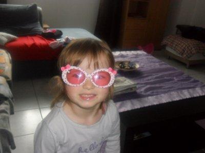 Mélody et ses lunettes Hello Kitty