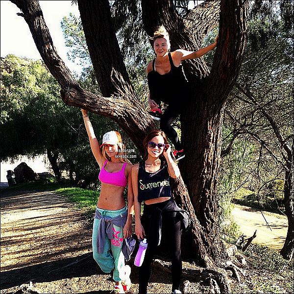 * 16/01/13 : Ash, Kim Hidalgo et Allie Gonino sont allées marcher dans les collines d'Hollywood.Ashley et son corps parfait... On ne s'en lasse jamais! Par contre, la tenue laisse un peu à désirer... Ton avis ?*