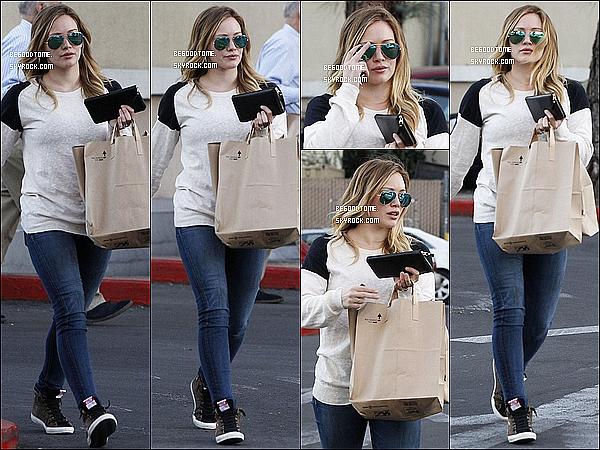 * 20/01/13 : La jolie Hilary Duff est allée faire quelques courses chez Ralph's à Beverly Hills.Hier le 22/01, Hilary a été vue arrivant à son cours de pilates puis au Pink Cheeks Salon à Sherman Oaks.*