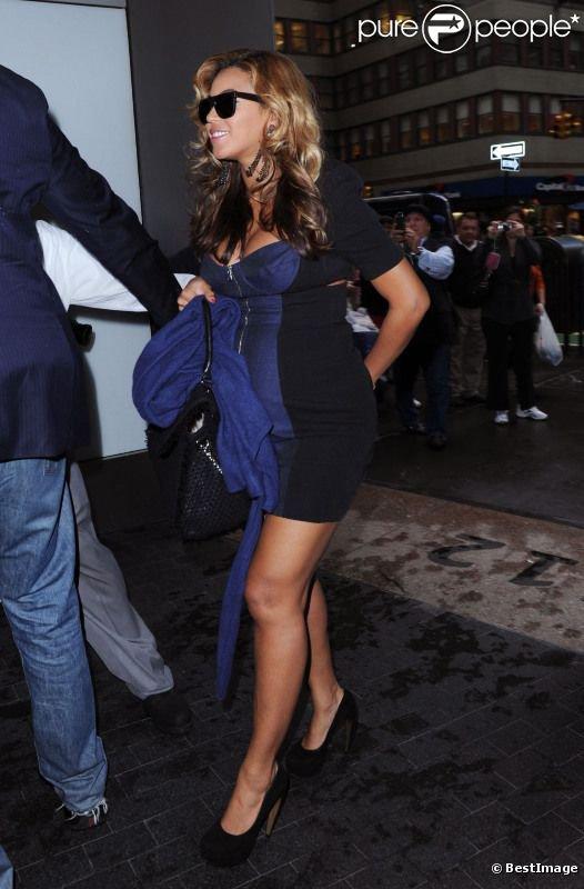 Beyonce affiche fièrement ses courbes de future maman