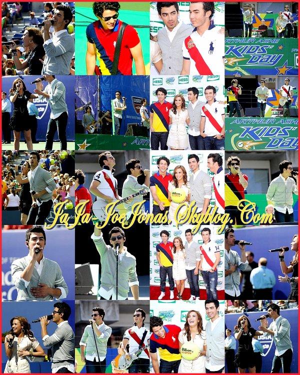 Les Jonas était hier(28/08) à un grand tournois de Tennis, aux cotés de Demi Lovato, ils y ont chantés quelques chansons.Ensuite ils sont aller prendre le Bus de la tournée.