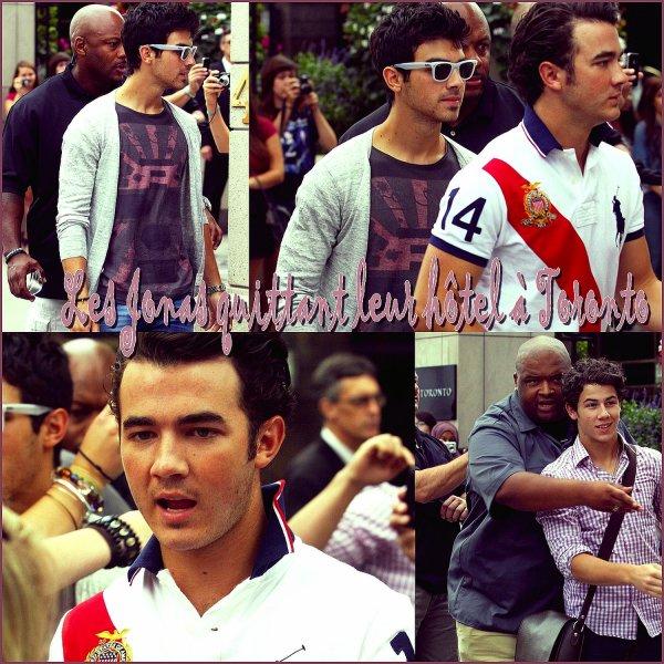 Les 3 frères Jonas quittant leur Hotel à Toronto le 3 septembre.