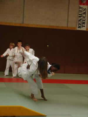 LES BASES TECHNIQUES : L 'efficacité du judoka se construit sur l'étude approfondie et la maîtrise progressive de postures ,de déplacements ,de déséquilibres du partenaire,de formes techniques fondamentales de facteurs dynamiques d'exécution.