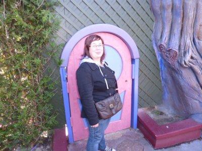 Margaux est contente elle a enfin trouvé une porte a sa taille