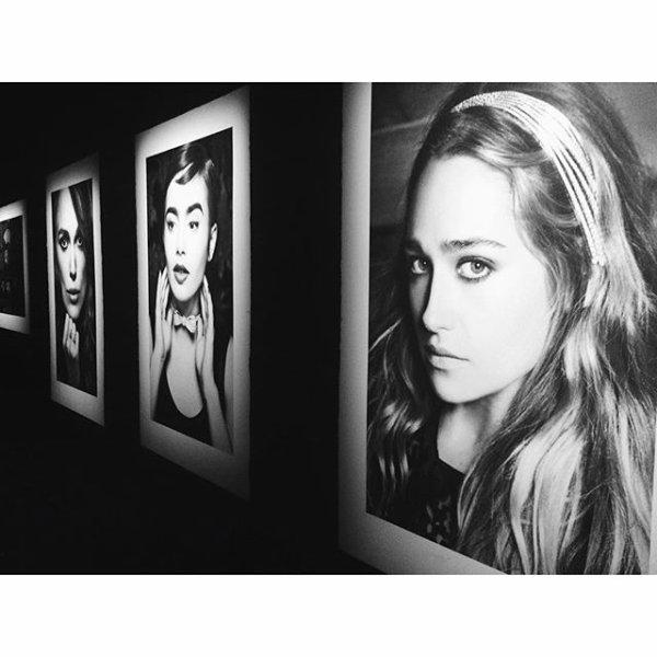 """12/10/2015: Jemima était à Londres pour le vernissage de l'exposition """"Mademoiselle Privé"""" à laSaatchi Gallery. L'expo regroupe une grande partie des collections Haute-couture etjoaillerie de la Maison Chanel.Jem était juste sublime la coupe, le maquillage, une tenue classique, sobre mais bien ajustée parfait pourl'événement! (dis donc la belle ne quitte plus Chanel depuis sa participation au défilé en juillet... on va pas se plaindre hihi)"""