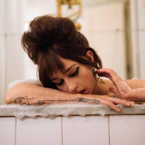 Jemima a été photographié par son amie Katie McCurdy (peut-être un lien avec Chanel). Le maquillage, les cheveux brun et l'ambiance je trouve que ça lui donne un air mi Elizabeth Taylor mi Amy Winehouse selon les clichés.(Je ne met pas toutes les photos sur skyrock car beaucoup sont dénudées)