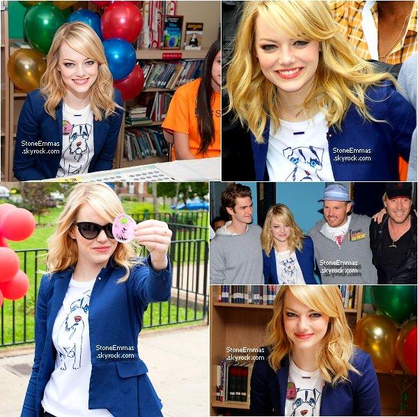 """June 27th Flashbacks : Emma et le Cast du film """" The Amazing Spiderman """" sont allés faire du volontariat auprès d'enfants souffrant du cancer,avec l'association  Stand Up ! Un très beau geste d'Emma & du Cast ! perso : je trouve Emma superbe dans cette tenue ! ♥ Top !"""