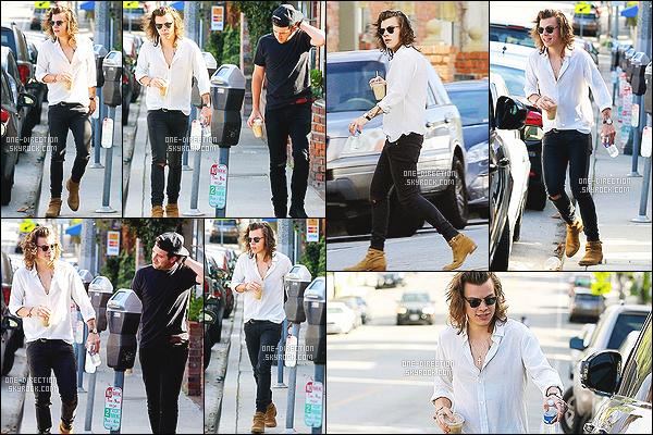 . 25/01/2015 : Harry a été aperçu se promenant dans les rues de Los Angeles en compagnie de Jeff Azoff. Il n'y avait pas beaucoup de photos disponibles pour cette sortie de monsieur Styles. J'aime beaucoup sa tenue vestimentaire. Il ne quitte plus Jeff.. .