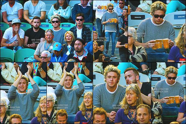 . 30/01/2015: Niall a été photographié alors qu'il assistait au 12ème jour de l'Australian Open à Melbourne Niall était accompagné de plusieurs amis d'après ce que l'on peut voir sur les différentes photos, il a même commandé quelques bières. Un beau top. .