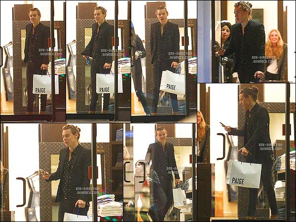 . 30/01/15 : Monsieur Harry Styles a été aperçu alors qu'il faisait les boutiques à Los Angeles. Harry semble fatigué en ce moment. Bien qu'il fasse des sourires aux vendeuses, je ne le trouve pas au top de sa forme, sa tenue reste au top. .