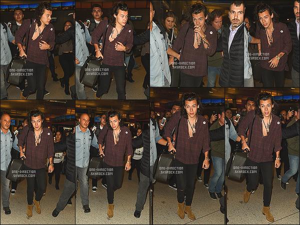 . 04/02/15: Harry Styles a été aperçu, venant prendre un vol à l'aéroport de « L.A.X » situé à Los Angeles Tout comme Liam, Harry part pour l'Australie puisque la nouvelle tournée commence ce week-end. Il était accompagnié de Louis qu'on ne voit pas .