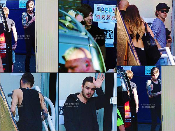 08/02/2015 : Les One Direction ont été photographiés alors qu'ils arrivaient au stade Allianz de Sydney.Je trouve que les gars sont assez fatigués sur ces photos. En tout cas, ils avaient l'air heureux de reprendre la tournée durant le concert de la veille.