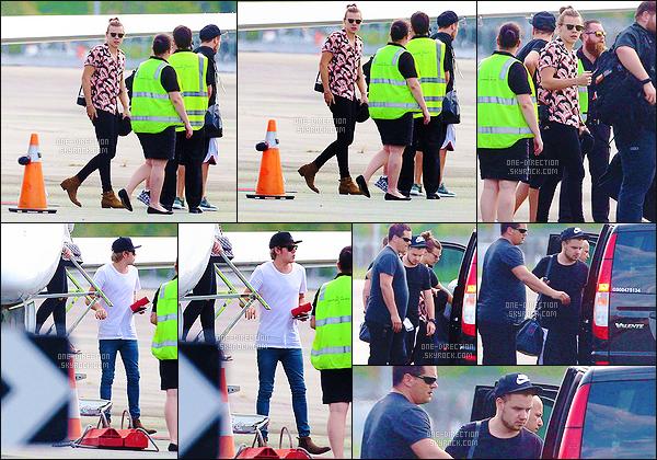 11/02/15 : Les One Direction ont été photographiés alors qu'ils prenaient un jet privé direction BrisbaneLe groupe continue de poursuivre sa tournée en Australie. Le dernier concert dans le pays se déroulera le 20 février 2015 dans la ville de Perth.
