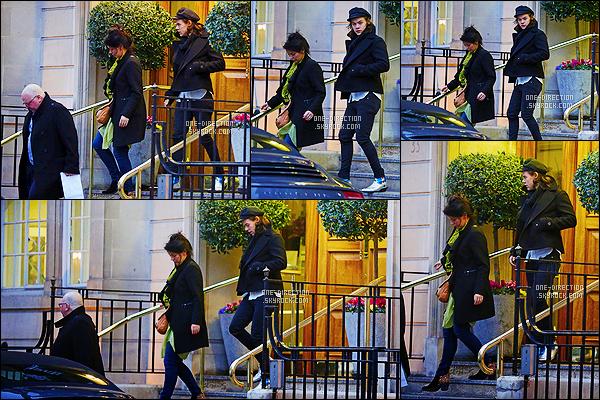 09/03/15 : Harry Styles a été photographié alors qu'il quittait un hôtel en compagnie de sa maman Anne.Bon, que dire à part que son espèce de casquette et que ses bottines Yves Saint Laurent sont juste affreuses ? Il semble tout de même fatigué.