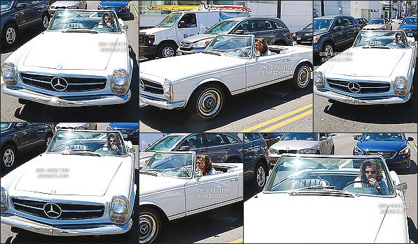 27/04/2015 : Harry Styles a été photographié alors qu'il conduisait son ignoble voiture dans Los Angeles.Comme d'habitude, H. est à Los Angeles lors de ces jours de repos. Je me demande quand est-ce qu'il va revenir à Londres et qu'il va écrire l'album