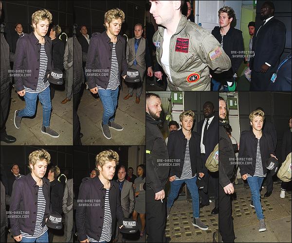 04/05/2015 : Niall H. a été photographié alors qu'il sortait de la boîte de nuit « Libertine » dans Londres.Niall n'est toujours pas à Los Angeles avec le reste des garçons. Je me demande vraiment ce qu'il fou et quand est-ce qu'il va les rejoindre..