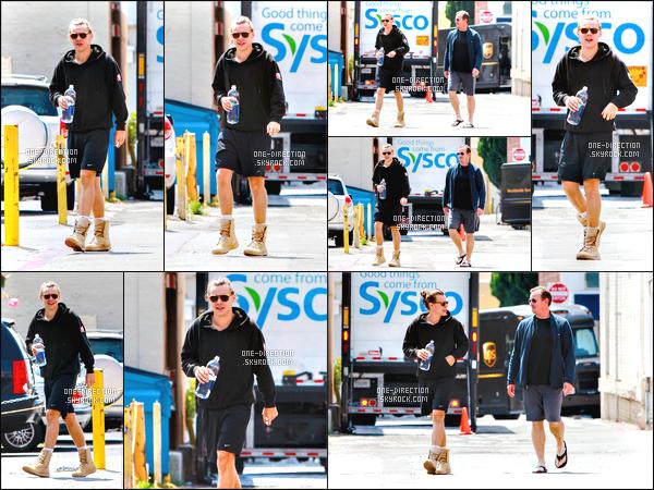 19/05/2015 : Harry Styles a été aperçu alors qu'il se promenait dans les rues de Los Angeles en CalifornieMon dieu, sa tenue vestimentaire est horrible. Ses espèces de chaussures-chaussons sont affreuses. Il doit tellement transpirer dedans, une horreur..