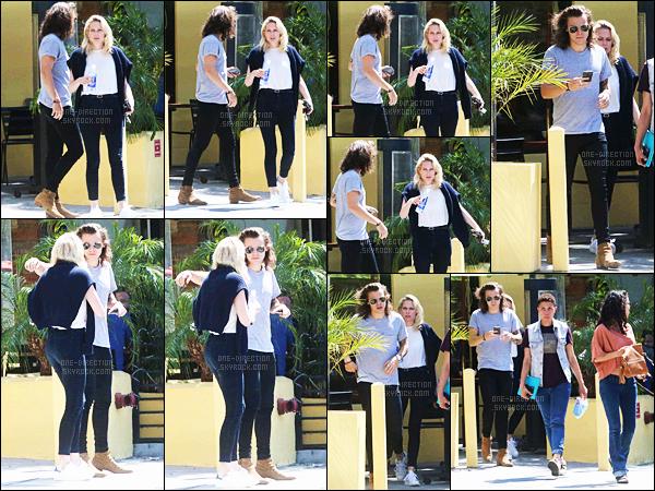 20/05/2015 : Harry Styles a été photographié alors qu'il sortait du « Fresh Corn Grill » à West HollywoodMonsieur a enfin retiré ses espèces de chaussons-chaussures que je déteste. Pour le coup, j'aime énormément sa tenue. Je lui accorde un beau top.