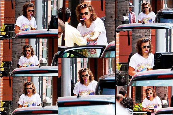 21/05/15 :  Harry Styles quittait la boutique « Go Greek Yogurt » dans le coin de la ville de Los Angeles.De son côté, le même jour mais en France - Liam Payne et sa petite-amie assistaient à un événement de la marque Red Bull. Ils sont trop mignons.