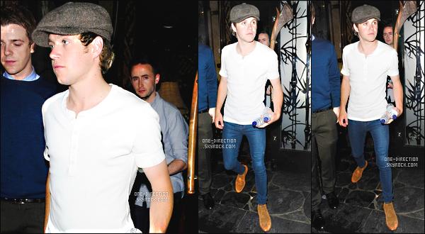 31/05/15 : Niall H. a été photographié alors qu'il sortait de la boîte de nuit « Mahiki » situé dans Londres.Le même soir, Niall et Louis quittant les studios de l'émission « Britain's Got Talent » qui sont également à Londres. J'aime beaucoup les tenues.