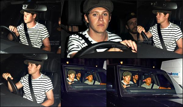 03/06/2015 : Niall Horan a été photographié alors qu'il quittait le restaurant « Nobu » situé dans LondresToute la journée du mercredi, Niall était en studio en compagnie de Liam et Harry. Il s'est rendu au restaurant avec Ariana Grande et son équipe.