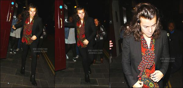 15/06/2015 : Harry a été photographié alors qu'il arrivait à la fête « Loulous » qui se déroulait à LondresC'est tout seul qu'Harry s'est rendu à la fête. J'aime assez sa tenue vestimentaire qui reste tout au goût de celui-ci. Il devrait se couper les cheveux..