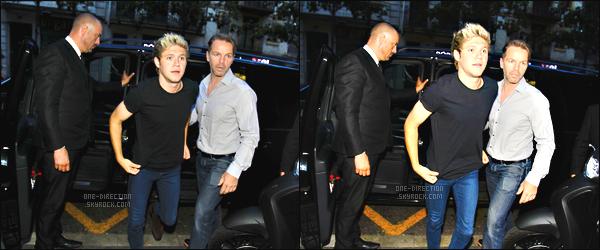 15/06/15 : Niall a été aperçu, quittant le bar irlandais « Dunne's » qui se situe dans la ville de Barcelone.Niall s'est rendu à Barcelone pour fêter l'anniversaire de son ami Alfredo Flores mais également pour être en compagnie de son amie Ariana Grande