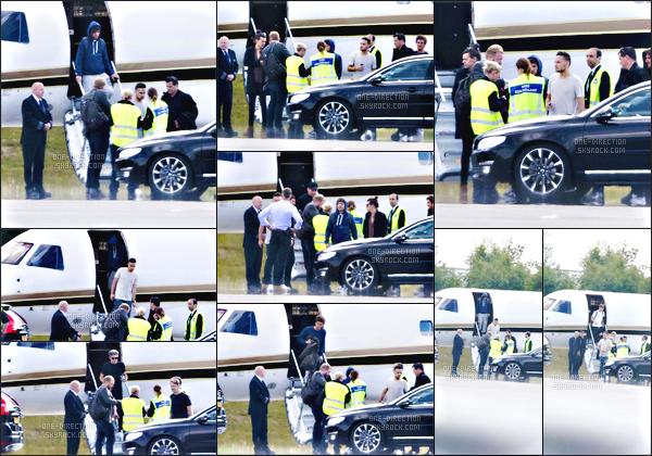 23/06/15 : Les One Direction ont été photographiés alors qu'ils atterrissaient à un aéroport à GothenburgPlus tard dans la soirée et après le concert, les gars ont été aperçus alors qu'ils quittaient le stade avant d'aller reprendre leur jet privé pour Londres.