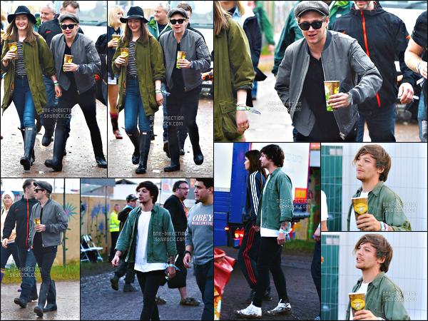 26/06/15 : Niall et Louis se sont rendus au célèbre festival « Glastonbury » qui se déroulait à GlastonburyMon dieu, je crois bien que Louis Tomlinson a retrouvé l'amour puisqu'en effet, on remarque qu'il tient la main à une jeune femme. Nouvelle idylle ?