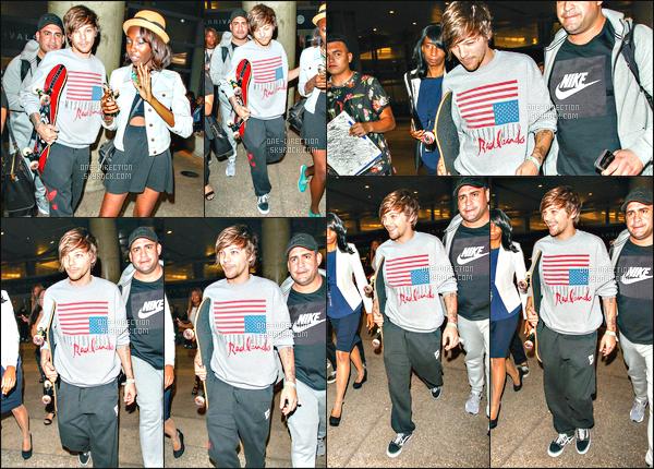28/06/2015 : Louis Tomlinson a été aperçu alors qu'il arrivait à l'aéroport de « L.A.X » situé à Los AngelesLa tournée américaine va bientôt commencer, ça doit être pour ça que Louis est déjà à Los Angeles. Il a l'air vraiment fatigué même s'il sourit...