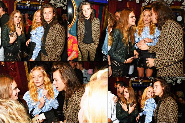 21/09/15 : Harry a été aperçu alors qu'il quittait la fête du magazine « Love » qui se déroulait à Londres.C'est dans un costume plus qu'affreux qu'Harry s'est rendu à la fête organisée par le magazine. Il a été vu en compagnie de Cara Delevingne.