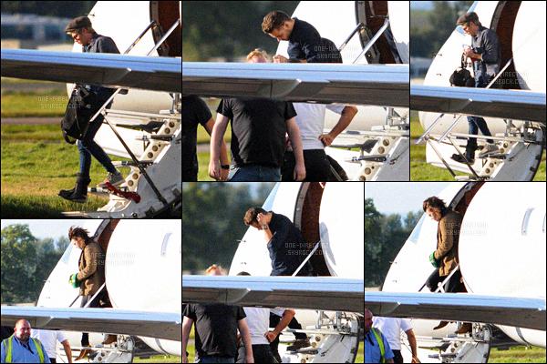 . 07/10/2015 : Les One Direction ont été photographiés en sortant de leur jet-privé à l'aéroport de Dublin La tournée continue pour les garçons ! C'est en Irlande qu'ils donneront deux concerts le 7 et le 8 octobre avant de revenir sur le territoire anglais. .