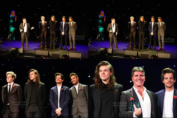 29/10/2015 : Les One Direction étaient présents lors des « Music Industry Trust Awards » à Londres.Les garçons étaient à cette cérémonie afin de remettre un prix à Simon Cowell. Ils ont d'abord fait une sorte de discours avant de lui remettre le prix.