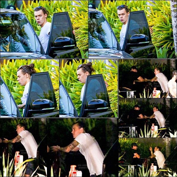 21/11/2015 : Harry a été aperçu alors qu'il se promenait dans les rues du quartier de Malibu (Californie)Après s'être promené dans le quartier, Harry s'est rendu dans un restaurant en compagnie de plusieurs amis. Celui-ci se reposant durant la promotion