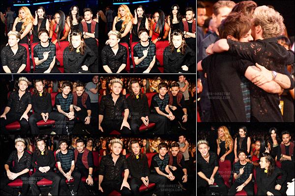 22/11/15 : Les One Direction se sont rendus à la cérémonie « American Music Awards » à Los Angeles.Les garçons ont remportés un ou plusieurs prix avant de monter sur scène et d'interpréter « Perfect ». Pour les tenues, je n'aime pas celle d'Harry.