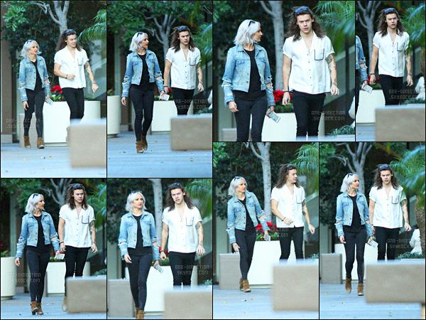 """24/11/2015 : Harry S. a été photographié alors qu'il se promenait avec Lou Teasdale dans Los Angeles.De son côté, Zayn Malik a été aperçu en quittant le restaurant « The Nice Guy » en compagnie de Gigi Hadid, sa petite amie du '""""moment'""""."""