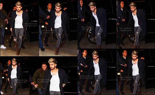 05/01/2016 : Zayn a été photographié alors qu'il se promenait dans les rues de New-York dans la soirée.Pour une fois, Zayn est sorti seul dans la ville. Je dois avouer que je suis totalement fan de sa nouvelle coiffure et que sa tenue est un énorme top.