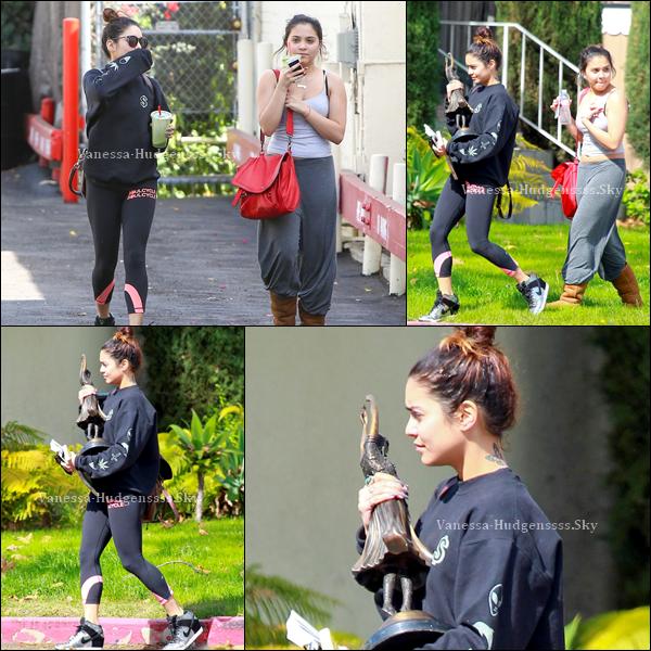 20/02/2014 : Vanessa a été vue avec sa soeur Stella dans les rues de Los Angeles.  Pour sa tenue, FLOP