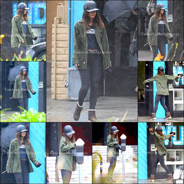 28/02/2014 : Vanessa a été photographiée lorsqu'elle quittait son cours de pilates sous la pluie, dans Studio City. Elle a également posté une nouvelle photo sur son compte Instagram. Sa tenue je trouve que c'est un BOF, je n'aime pas sa casquette