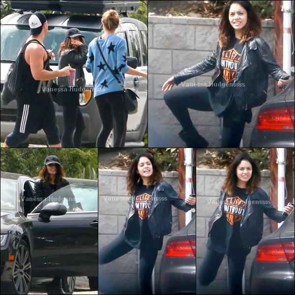 21.03.2014 : Vanessa a d'abord été photographiée lorsqu'elle quittait la maison de ses parents dans Los Angeles. Je trouve que ça tenue est simple, c'est un BOF pour moi