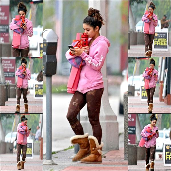24.03.2014 : Vanessa a été vue quittant son cours de yoga à Studio City. Pour sa tenue j'aime bien son leggings avec les papillons, sa veste, ses chaussures aussi.. Par contre je trouve que ça ne va pas ensemble, donc je trouve que c'est un BOF
